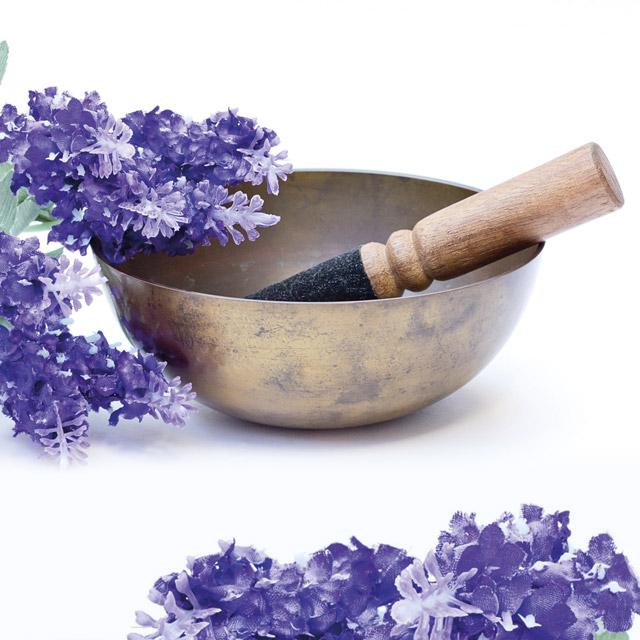 Klangschale mit Lavendelstrauß