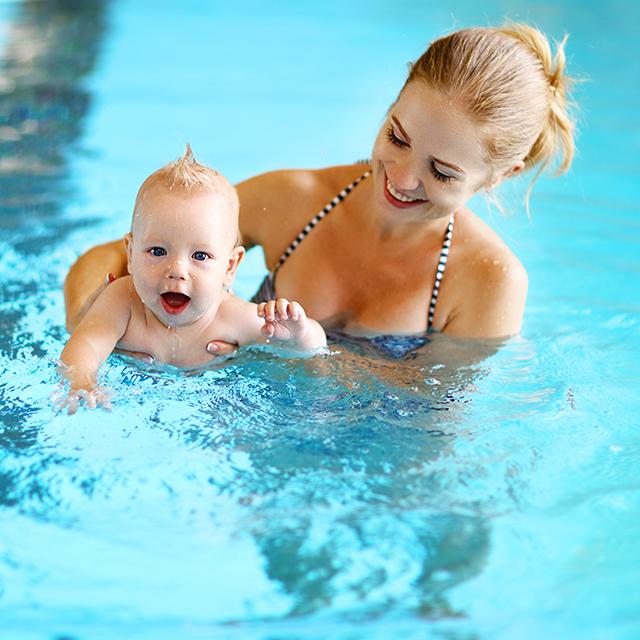 Mutter schwimmt mit ihrem Baby