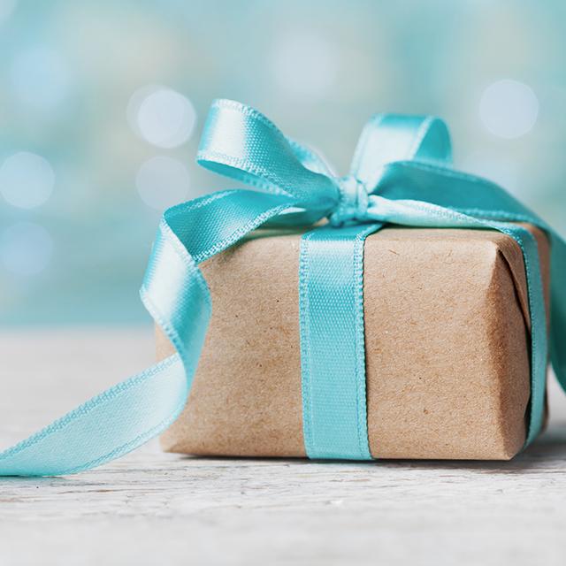 Kleines Geschenk mit türkiser Schleife