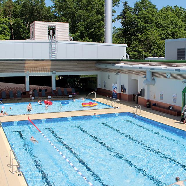 Schwimmbad mit geöffnetem Cabriodach