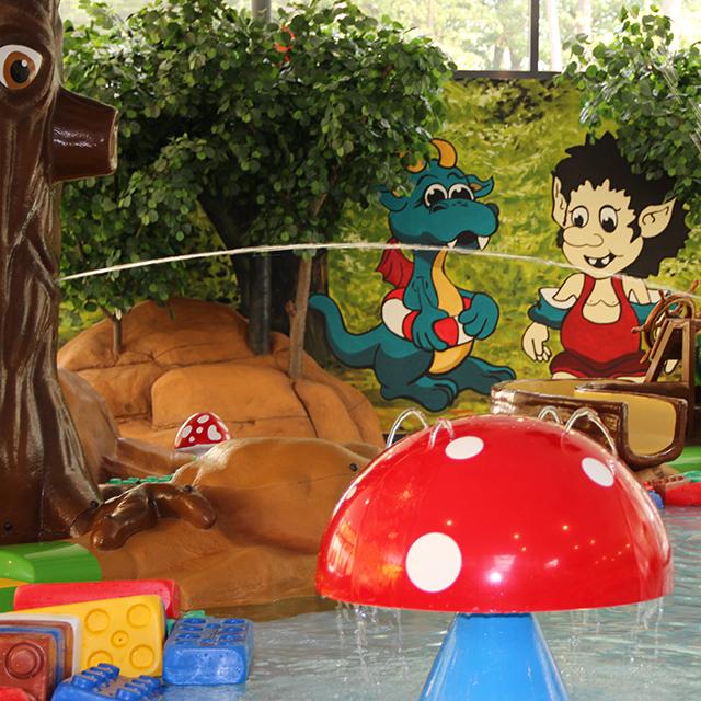 Kinderbecken mit Wasserspielzeug