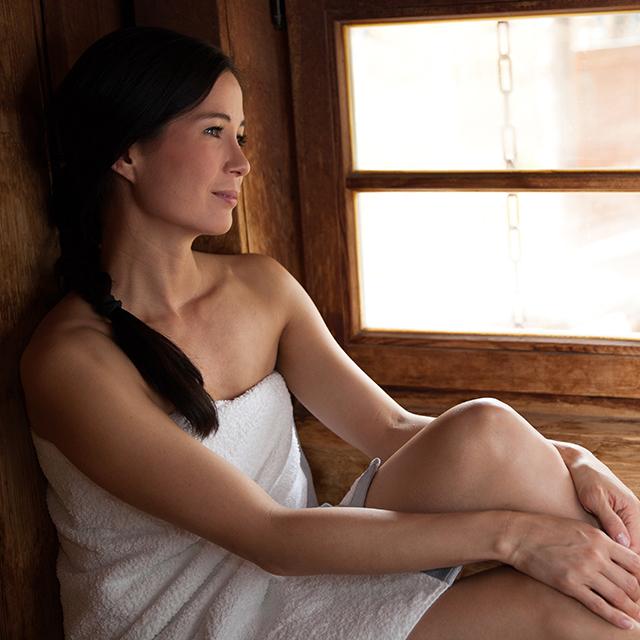 Frau entspannt sich in der Kelo-Sauna