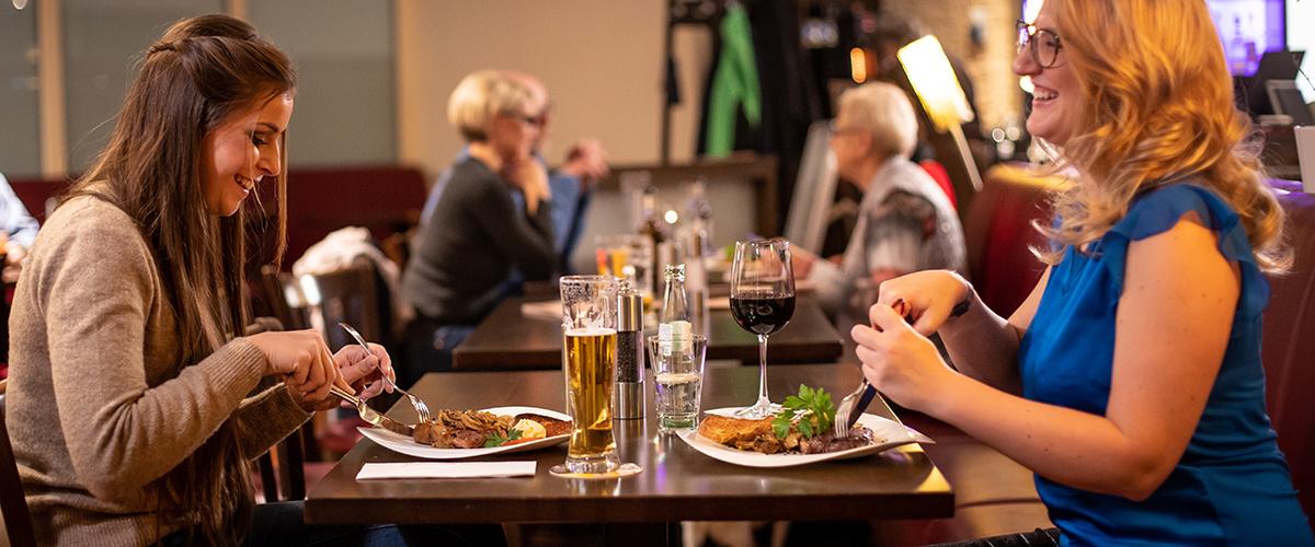 Freundinnen sind in der therme~lounge am essen.