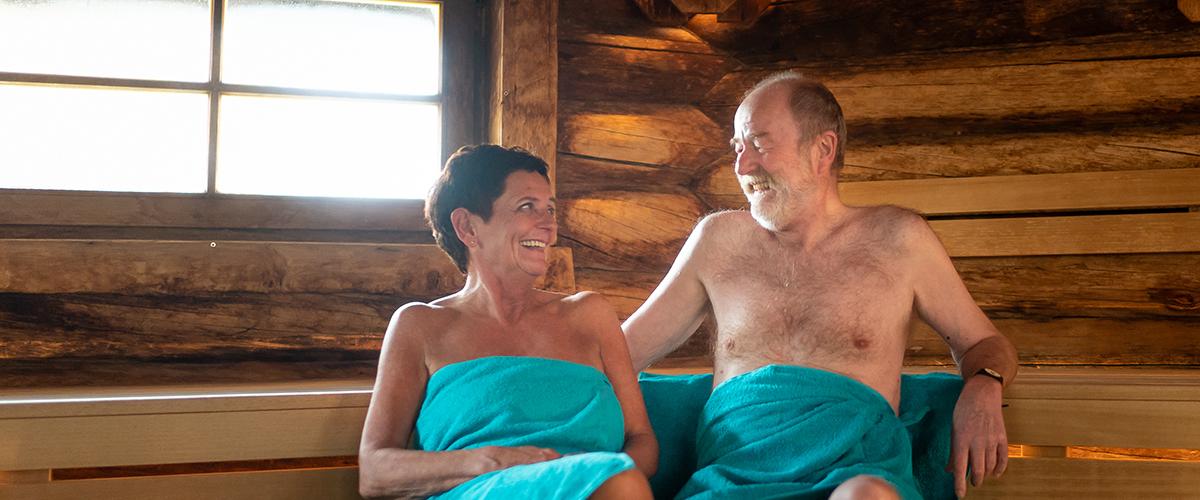 Älteres Pärchen lächelt sich in der Kelo-Sauna an