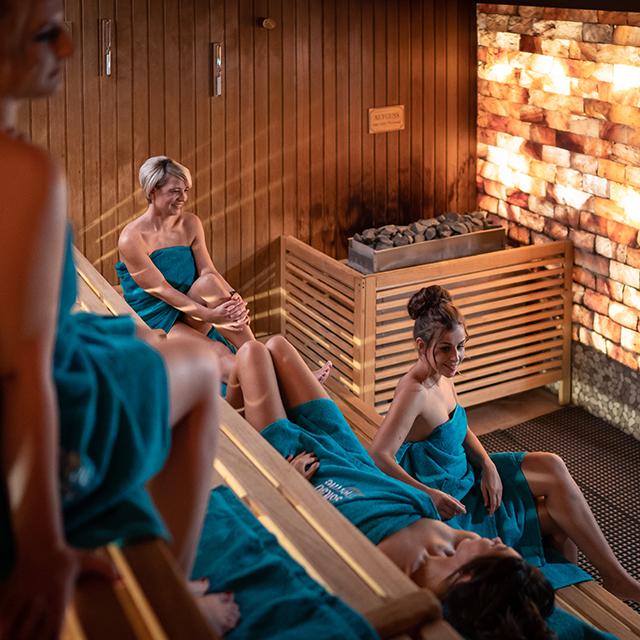 Damen genießen die Zeit in der Salzkristall-Sauna
