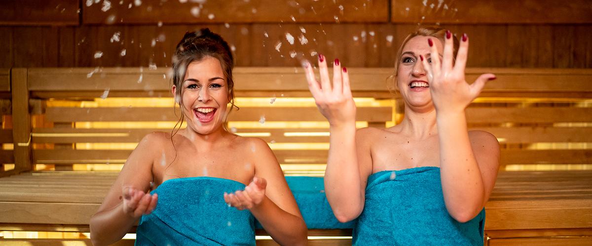 Damen werfen in der Sauan mit Crash-Eis