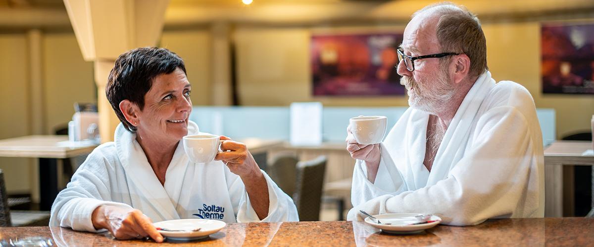 Älteres Paar genießt ihren Kaffee in der sauna~lounge