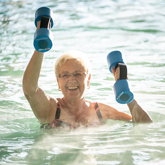 Oma bei der Wassergymnastik