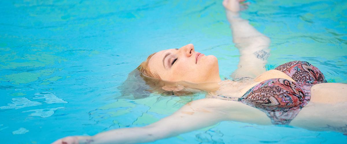 Frau treibt im Solewasser