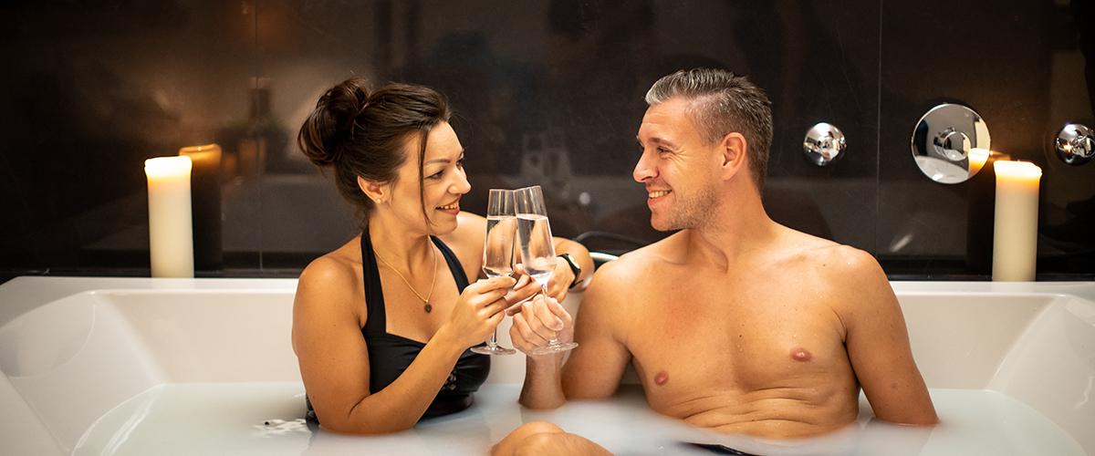 Paar genießt eins der Sole-Relax-Bäder