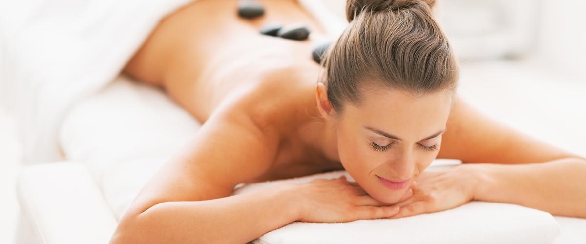 Frau genießt eine Wellness-Massage