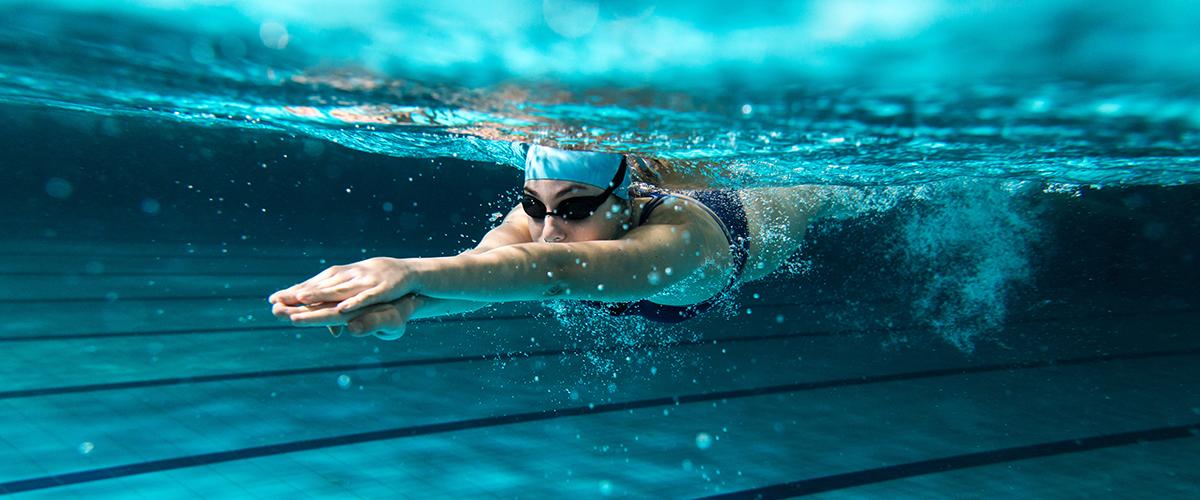 Sportschwimmerin unter des Wasser