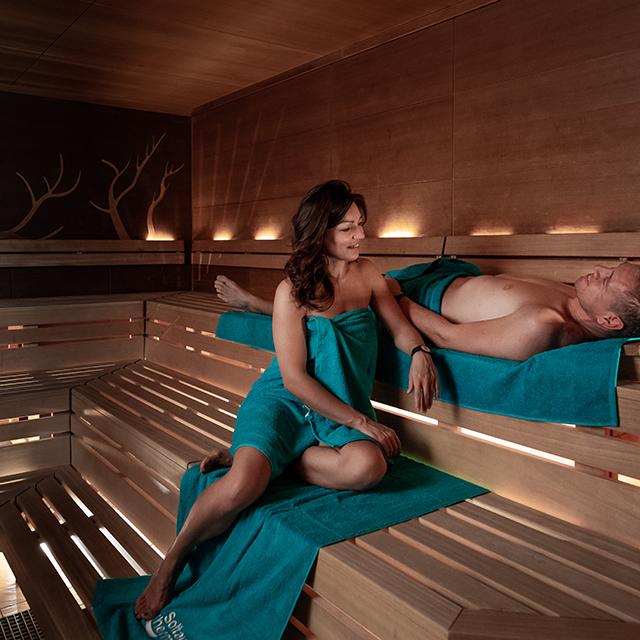 Pärchen entspannt in der Kräuter-Sauna