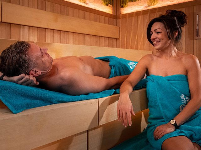 Paar relaxed in der Meditations-Sauna