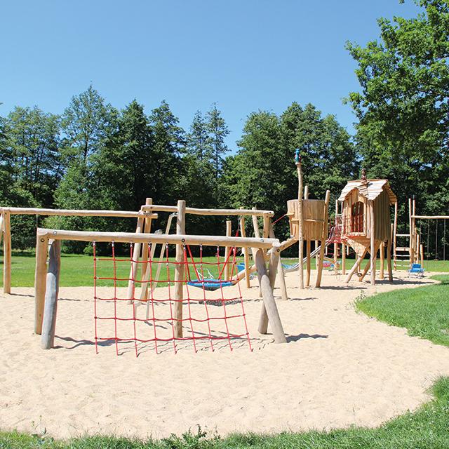 Außen-Spielplatz mit Klettergerüst
